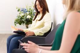 Zufriedene Patienten im Wartezimmer Praxis für Ästhetik und HNO in Wiesbaden